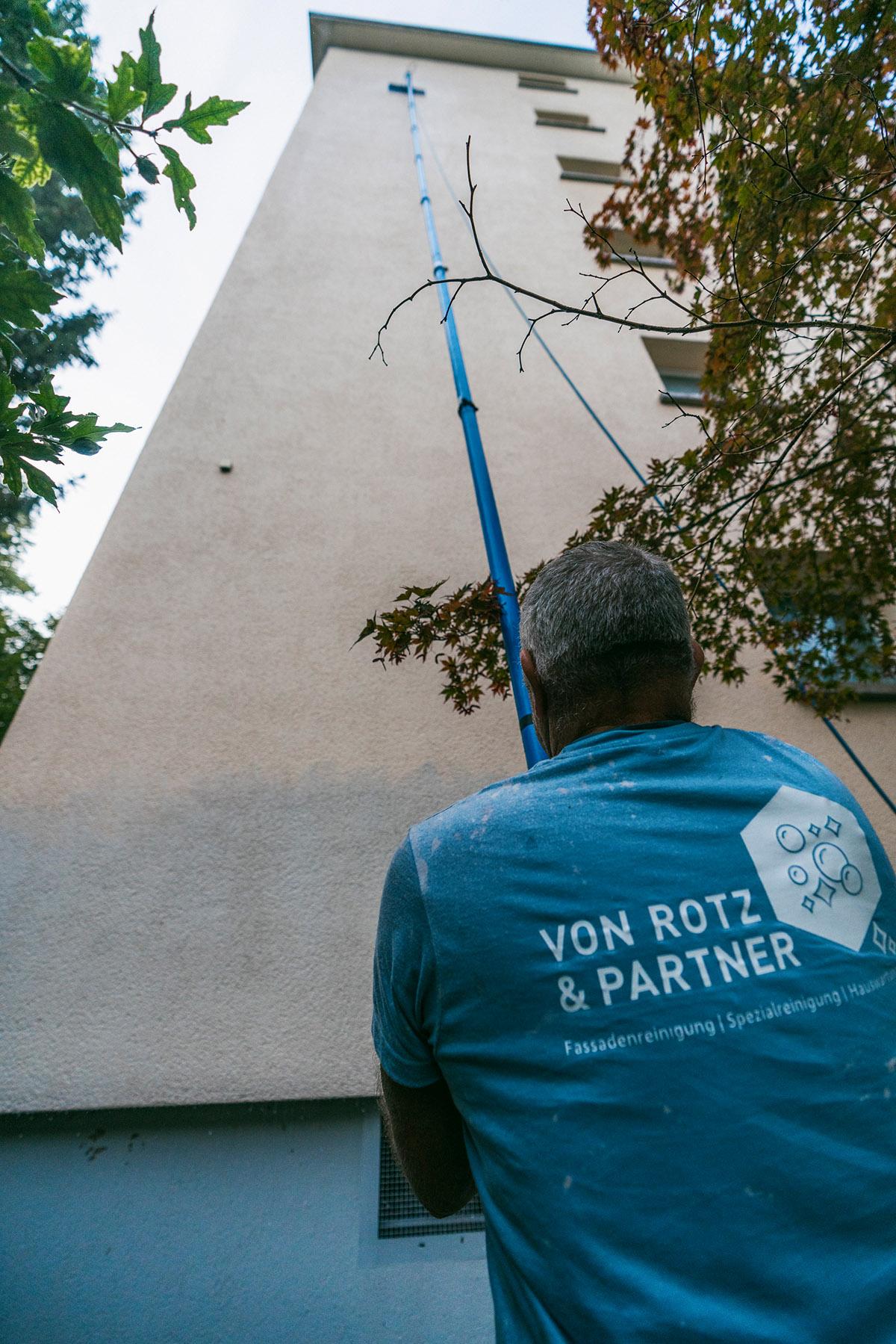 Fassadenreinigung mit spezieller Aluminiumstange in Zürich, Luzern, St. Gallen, Thurgau